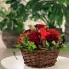 Panier fleuri dans les teintes rouge avec une coeur en sissal rouge. Des Lys & Délices, Sion