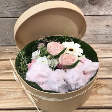 Arrangement dans une boite à chapeau avec des chaussons tout doux, Des Lys & Délices, Sion