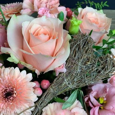 Arrangement tendre dans les teintes roses avec cœur naturel, Des Lys & Délices, Sion