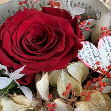 Boite en carton naturel avec une rose stabilisée rouge et d'autres éléments secs, Des Lys & Délices, Sion