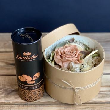 Boite en carton naturel avec une rose stabilisée couleur café et d'autres éléments secs, Des Lys & Délices, Sion