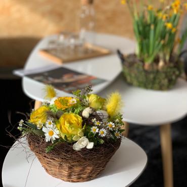 Panier aux couleurs du printemps, décoré de plumes et d'oeufs, souvenir d'enfance, Des Lys & Délices, Sion