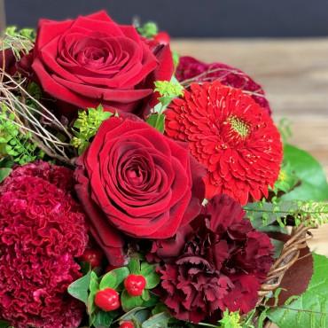 Panier fleuri dans les teintes rouge. Des Lys & Délices, Sion